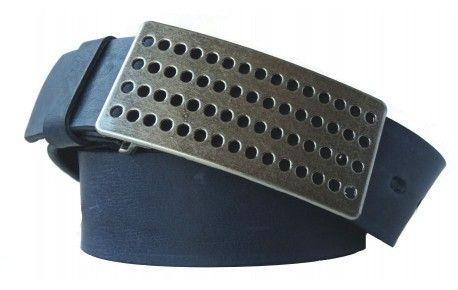 Gürtel aus blauem Leder mit gelochter Schnalle.Sie bekommen Qualität aus Italien, wenn Sie diesen blauen Gürtel kaufen. Das Design der breiten Schnalle ist selbstbewusst aber nicht aufdringlich. Die Gürtelschnalle passt damit hervorragend zum dezenten Blau des Gürtels aus echtem Leder. Hier kommt jahrzehntelange Erfahrung mit einem sicheren Blick für Design zusammen. Suchen Sie sich Ihre Bundlänge aus und holen Sie sich diesen Gürtel aus Leder mit 4 cm Breite.