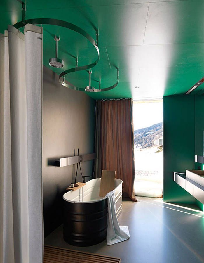 De la couleur dans la salle de bains via un plafond repeint Salles - plafond salle de bain