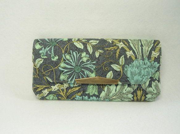 リバティの生地で製作しました長財布です。裏地は濃いサックス色のバックサテン。59gお札は折らないタイプの長財布、一万円札に合わせて作っているので長財...|ハンドメイド、手作り、手仕事品の通販・販売・購入ならCreema。