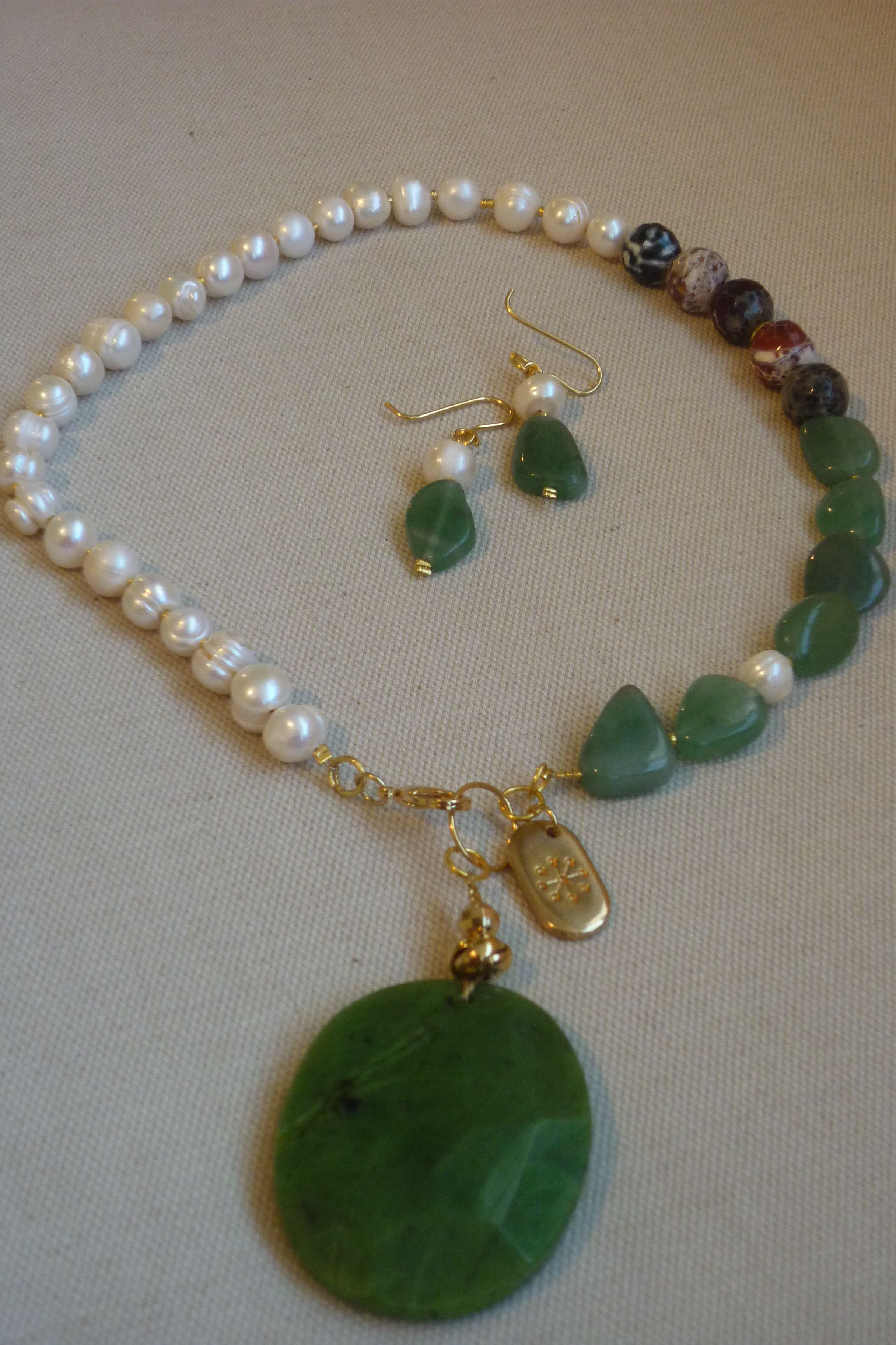 e5872e317a00 Juego de collar pegado al cuello y aretes realizado con perlas ...
