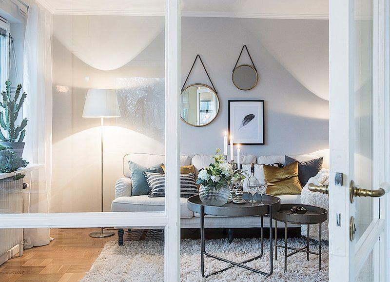Binnenkijken in een interieur met lichtblauw en goudtinten ...