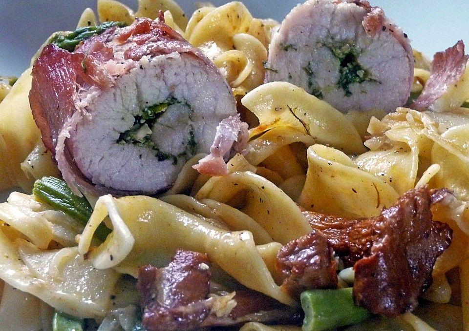 Bärlauch-Putenröllchen auf Pasta mit Pfifferlingen und grünem Spargel