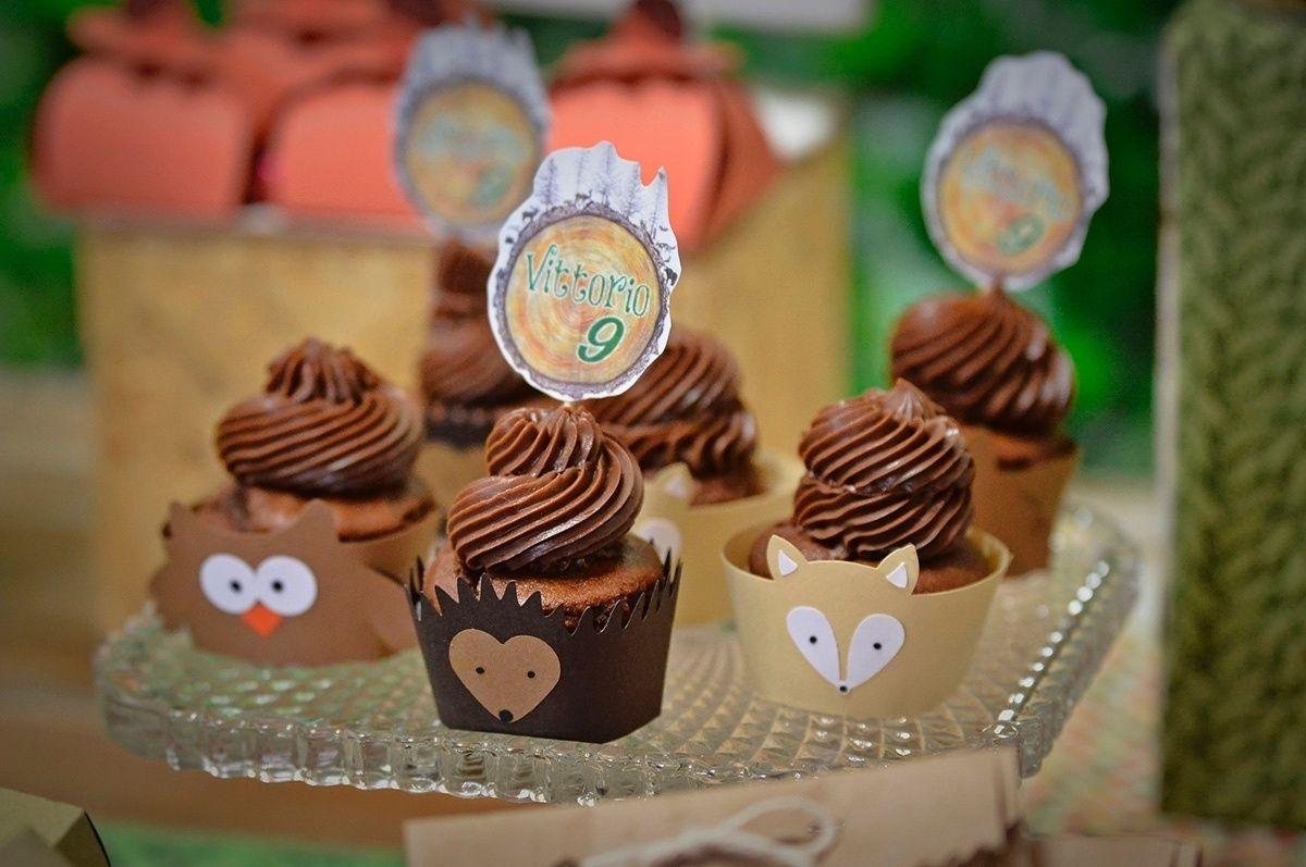 Todos os doces e cupcakes de chocolate com cobertura de Nutella servidos no aniversário com tema acampamento foram feitos por Daniela Suguimoto, da Festejar