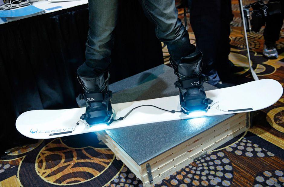 Die Drucksensoren der Snowboard-Bindung XON Snow-1 von Cerevo analysieren die Snowboard-Technik des Besitzers. Wer also nicht mitkriegt, dass er umgefallen ist, kann es sich anschließend noch mal von seinem Snowboard erklären lassen.