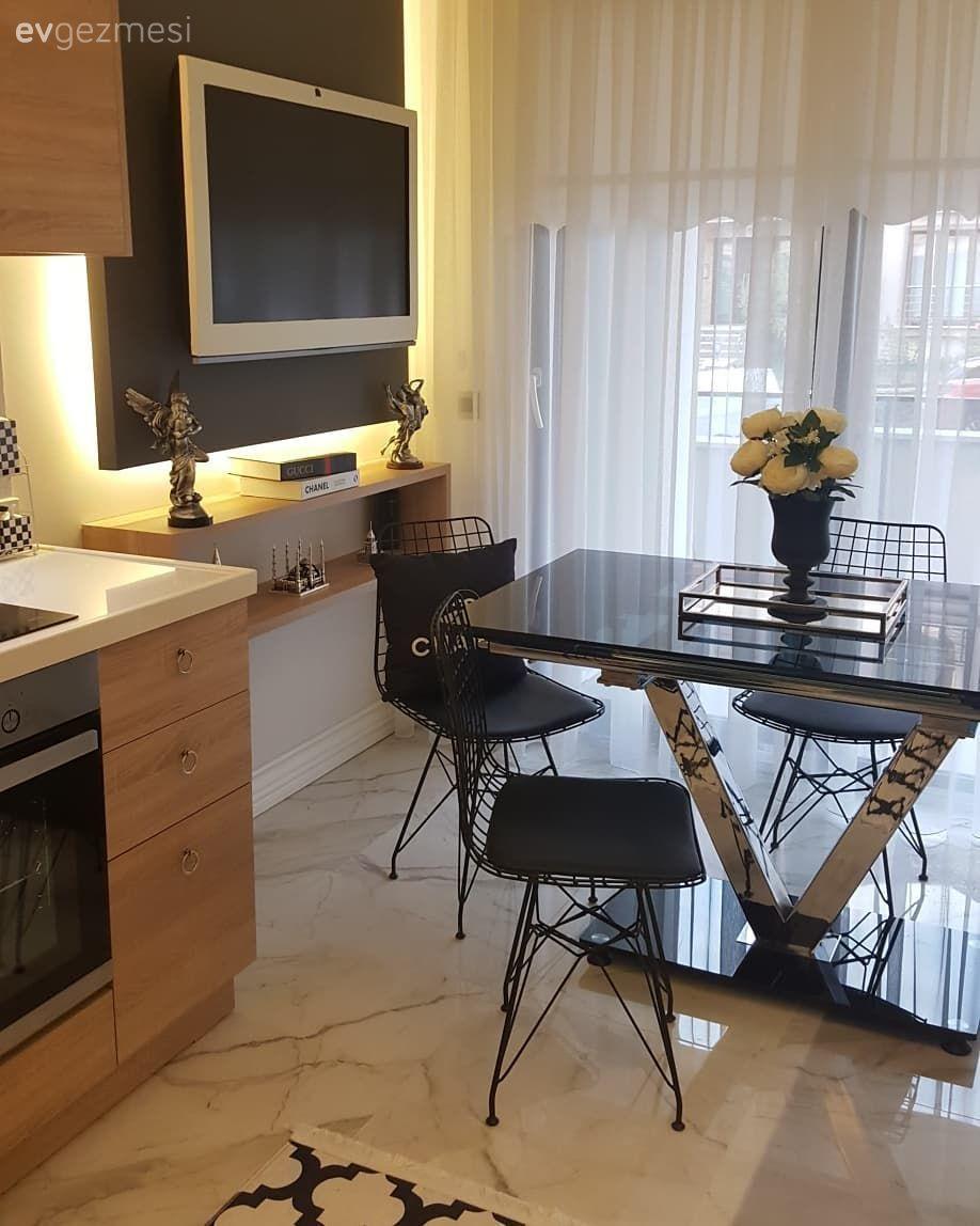 Bu evde koyu ve açık renklerin kontrastı, doğal materyallerle sofistike bir hava kazanıyor.. – 6   Ev Gezmesi