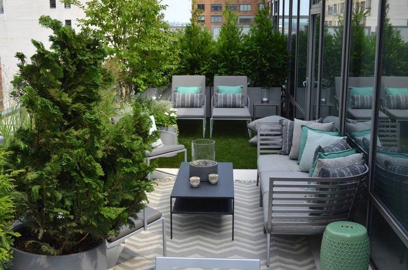 Garten Anlegen   Zypressen In Topfpflanzen Um Die Sitzecke