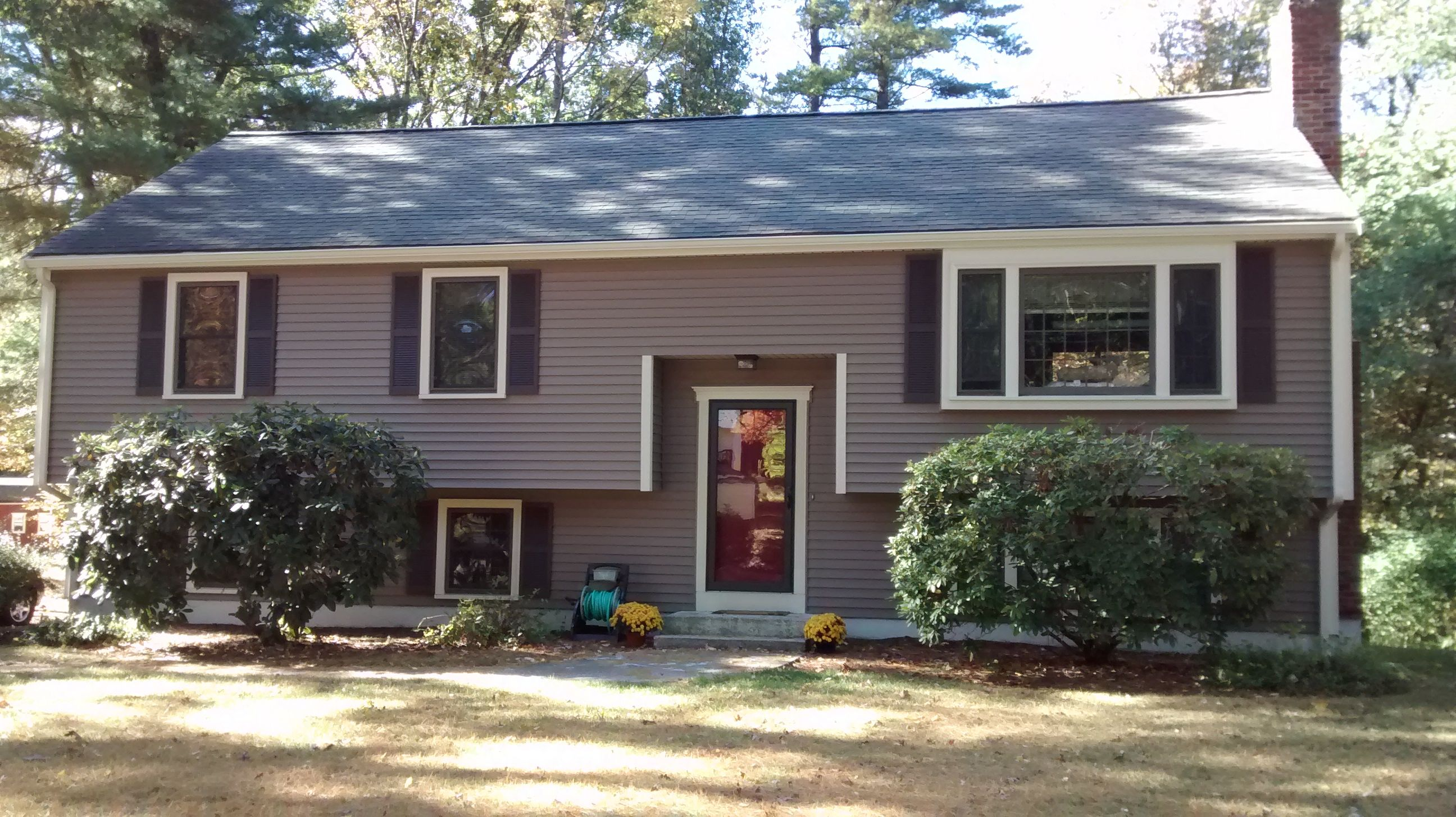Mastic Carvedwood Vinyl Siding In Rugged Canyon With Almond Aluminum Trim Vinyl Siding Florida Home Cottage Style