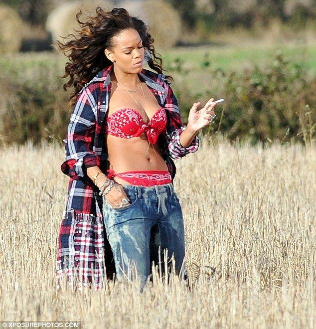 Smoking hot! Sultry Rihanna puffs on a cigarette while filming her - gebrauchte küchen nrw