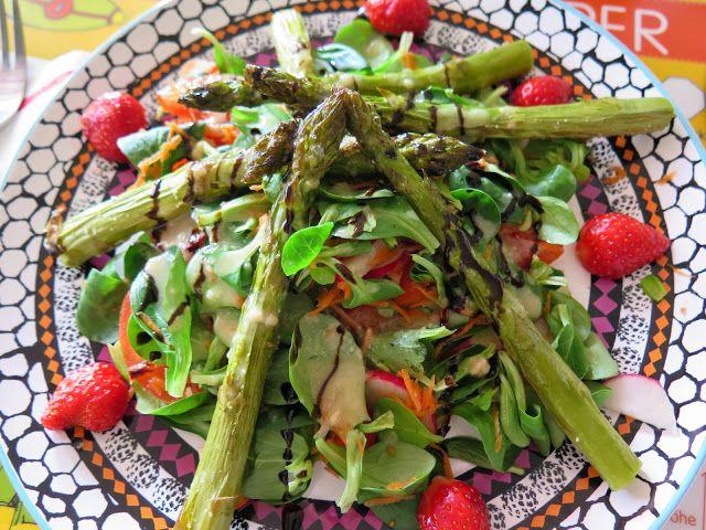 Mein leckeres frühlingshaftes Mittagessen: Ofenspargel mit Erdbeeren auf gemischtem Salat mit Tahin-Dressing