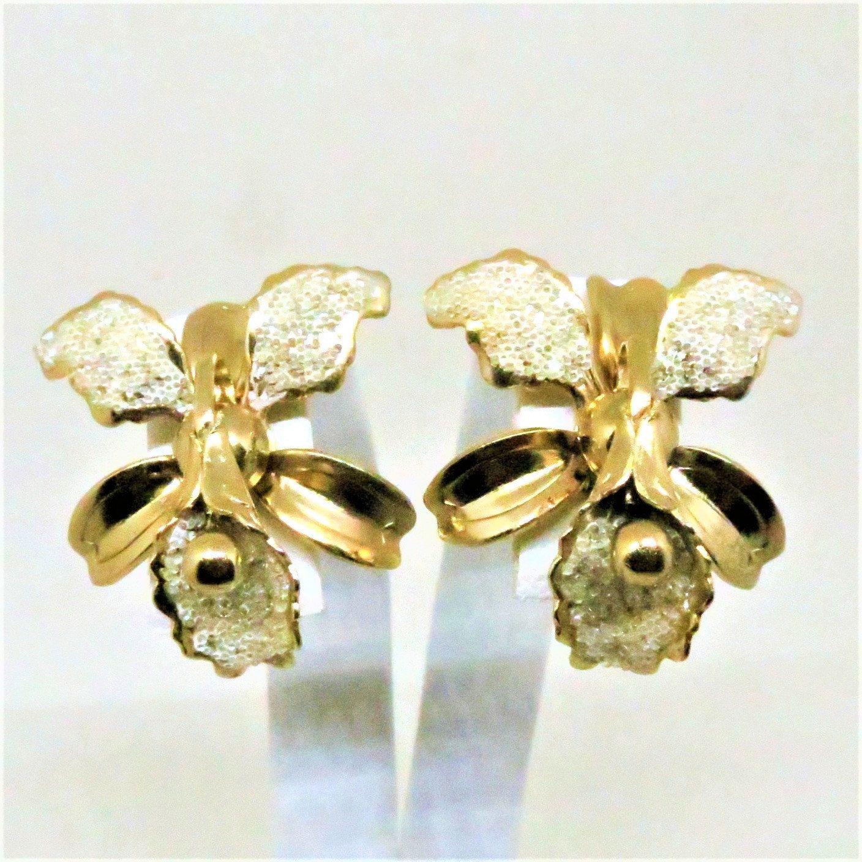 Coro vintage Screw Back Earrings White Enamel