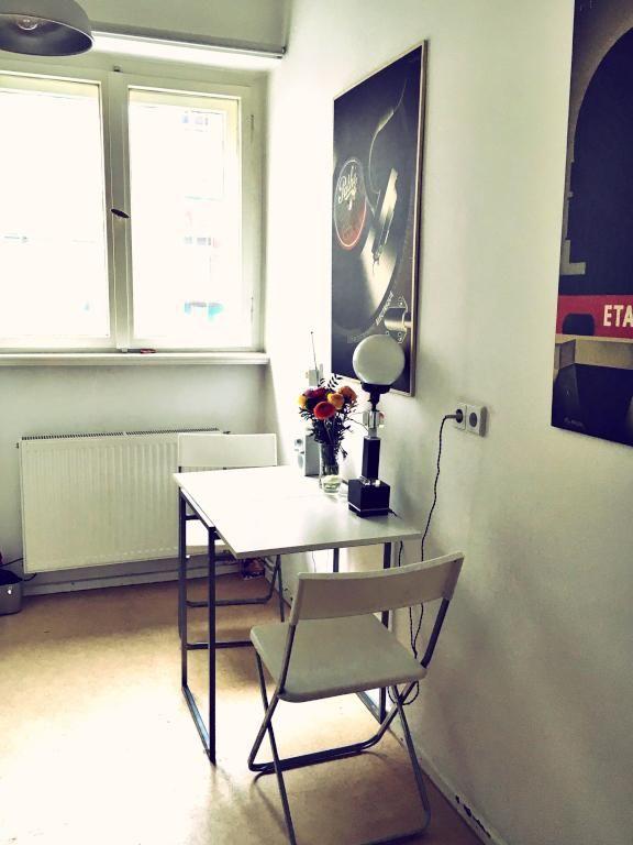 Schöner heller Essbereich mit kleinem weißem Tisch und zwei Stühlen
