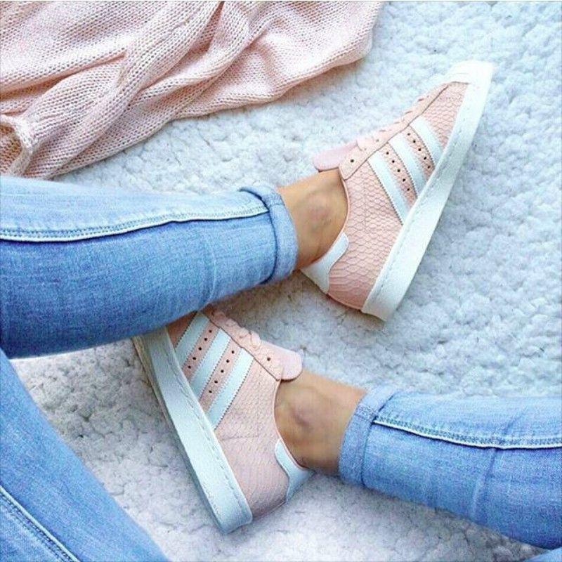 pies de mujer con tenis adidas superstar rosa | Adidas ...