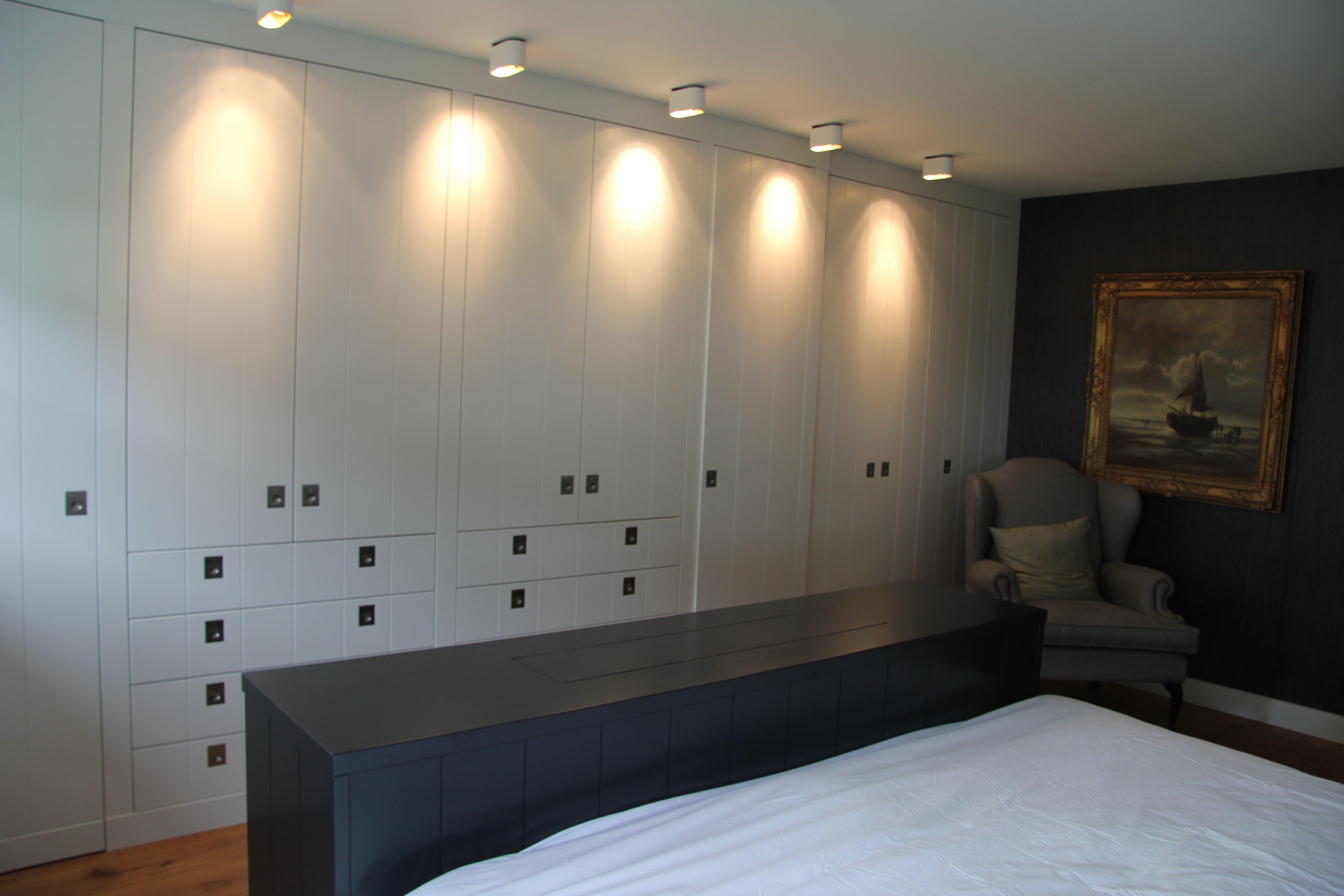 Kledingkasten wit met de duell plafond lamp wit met champagnekleur van binnen voor prachtig warm - Bed plafond ...