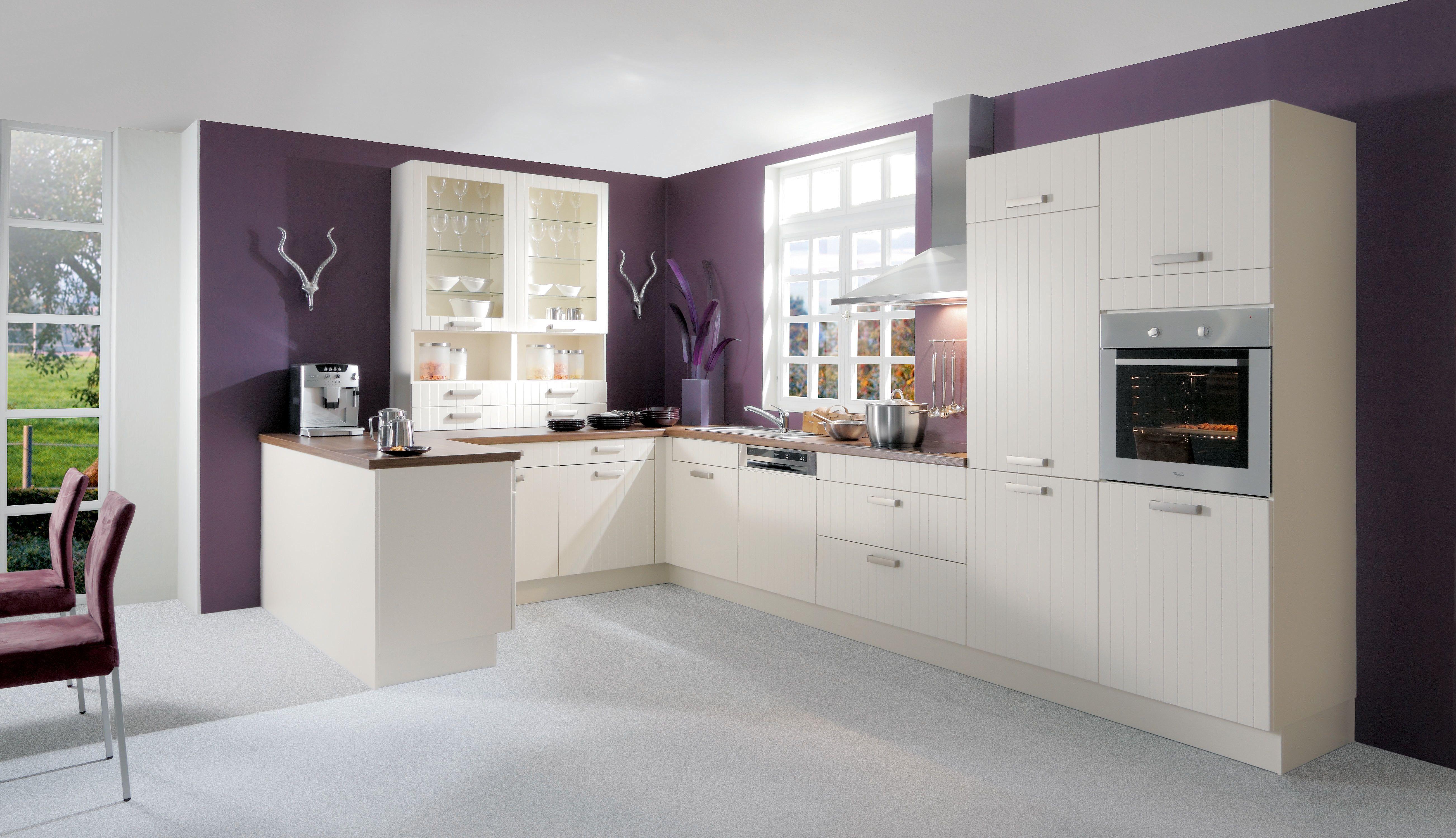 Profilierten Fronten geben einer simplen, weißen Küche