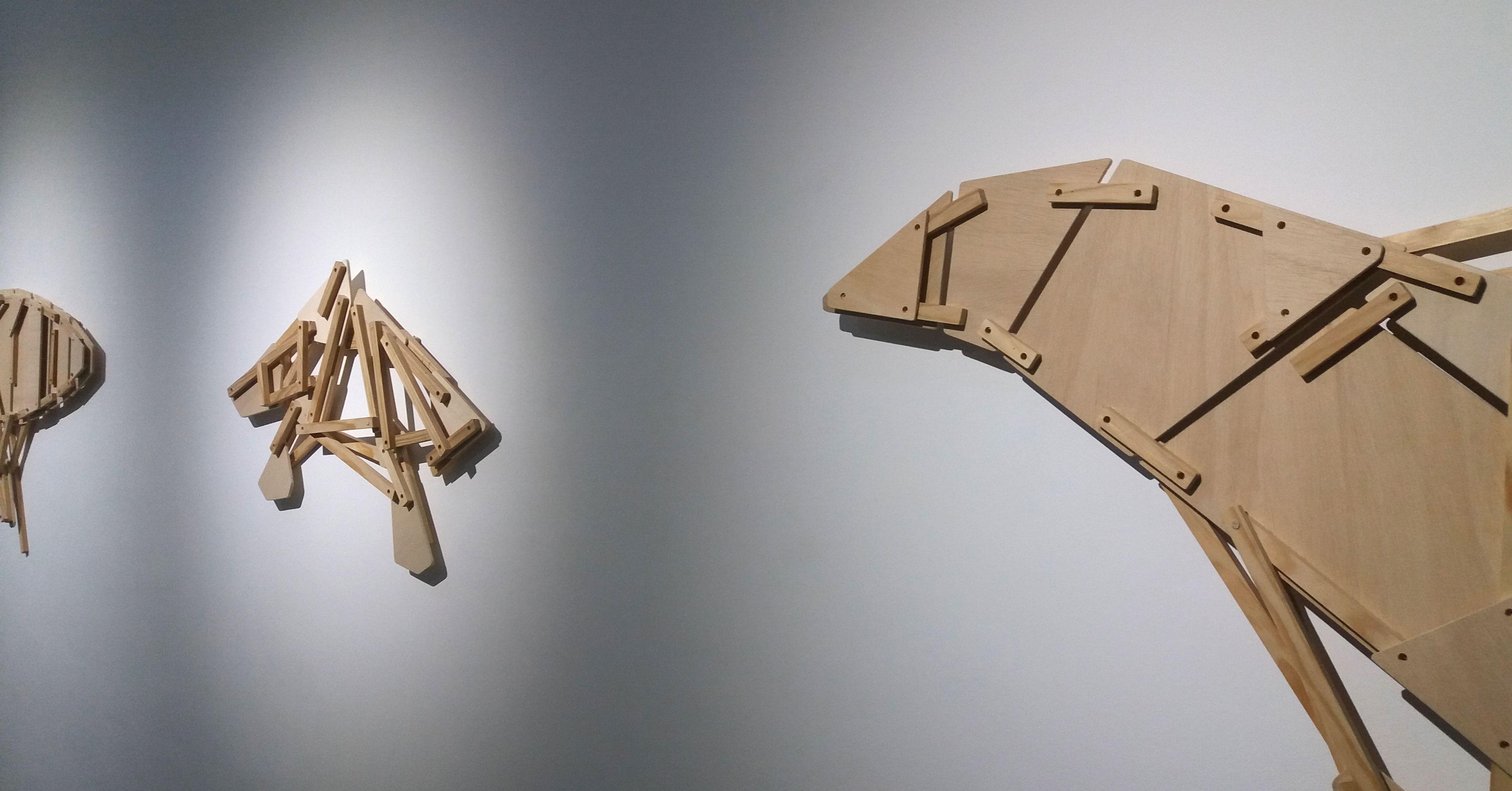 Vista general de la exposición. Collage de madera.