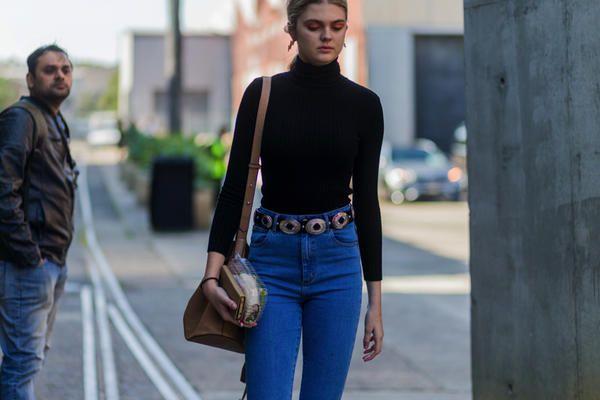 aae83eec8317 Scopri 10 modi per abbinare i jeans in stile anni 90 con le tendenze della  moda donna per l inverno 2017.