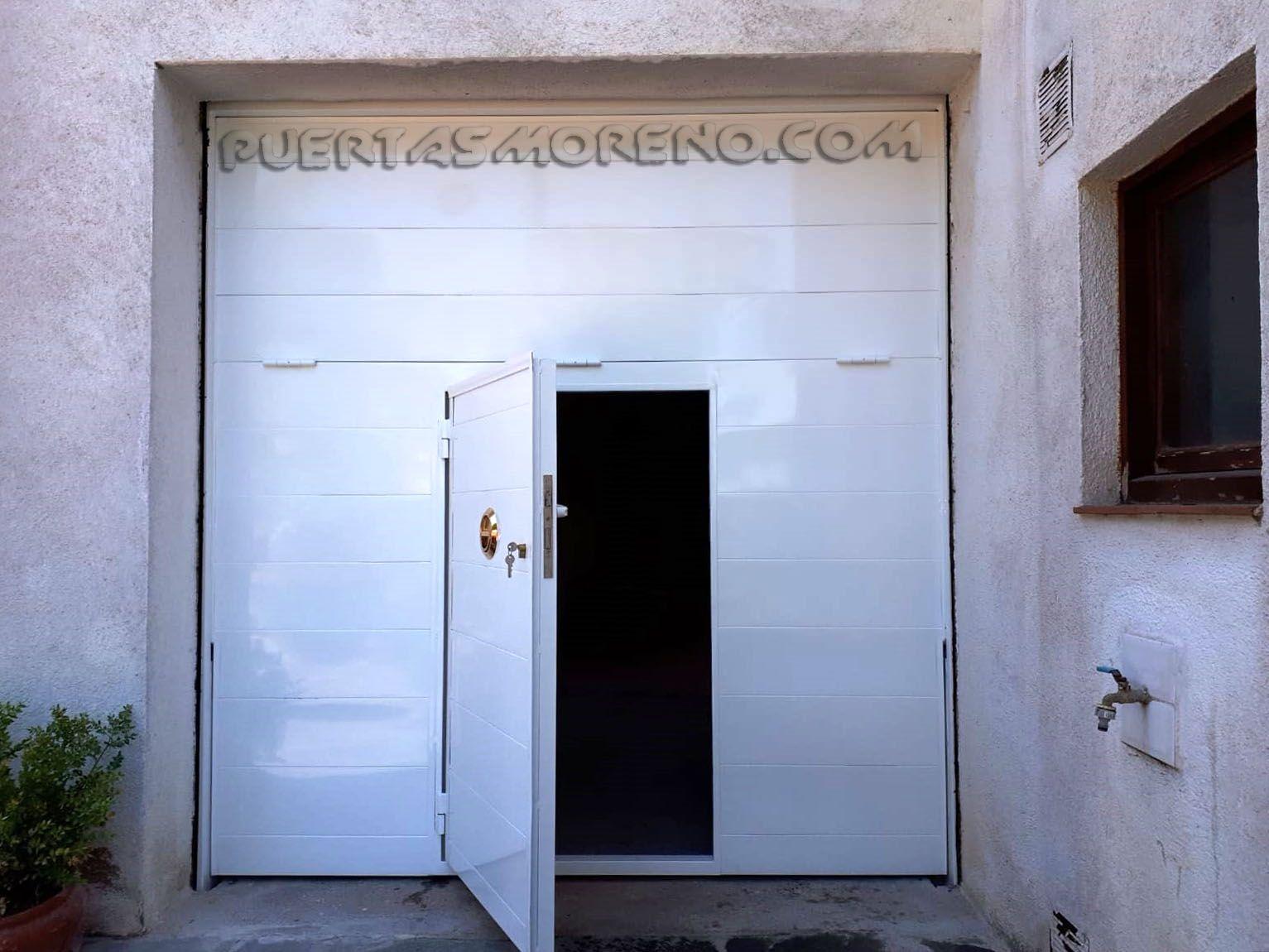 Puerta Basculante En Dos Hojas Fabricación A Medida Bajo Pedido Puerta De Acceso Peatonal Opcional Ideal Para G Porton Basculante Puertas Automaticas Garaje