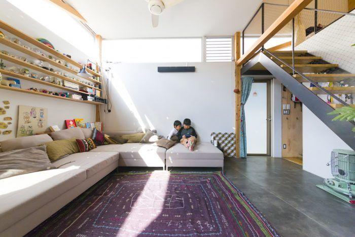 ぐるり360度の窓が心地よい新しいのに温かい ツリーハウス感覚の家 家 リビング 床 部屋 作り