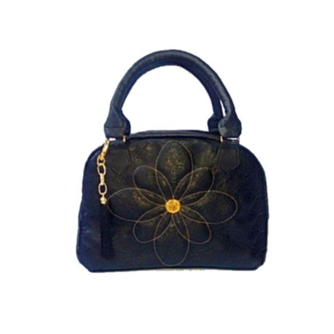 9a0acb551 Bolsa baú de mão preta em couro sintético, com bordado de flor em dourado.  Forro em tafetá estampado com bolso de zíper e outro para celular.