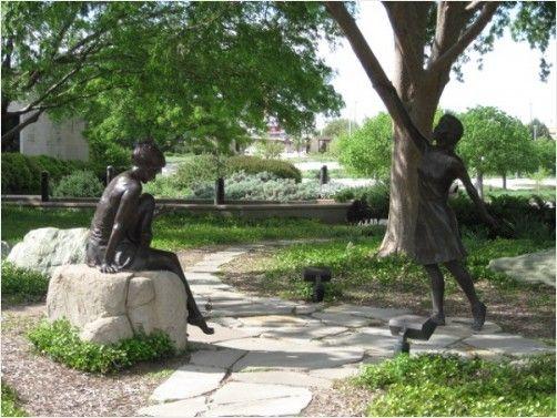 2 Statues - Fort Worth Botanical Gardens http://www.redgage.com/photos/funstuff/2-statues-fort-worth-botanical-gardens.html