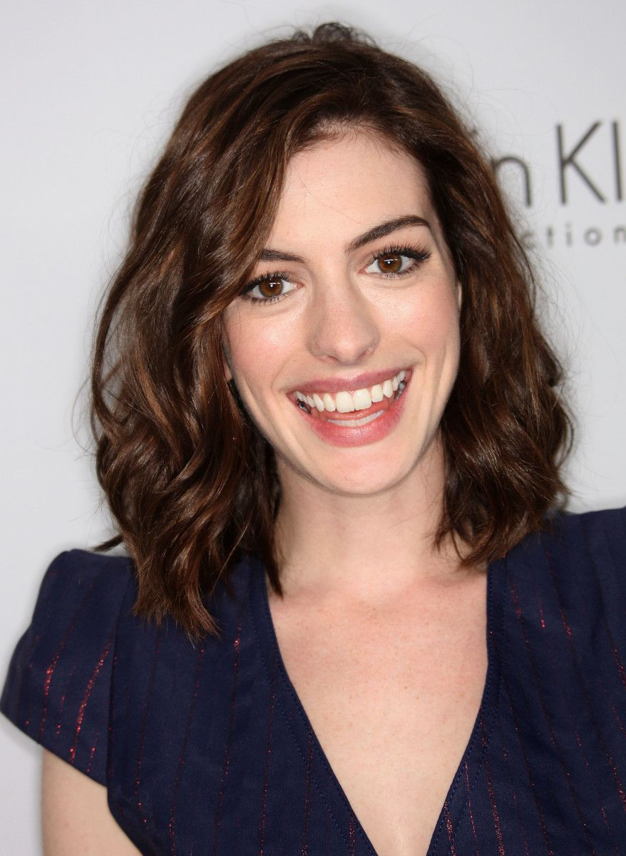 The best cuts for fine frizzy wavy hair anne hathaway frizzy