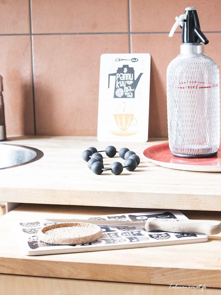 Sudenmarjan leikkuualustat sekä kortit piristävät kesäkeittiötä ihanilla kuoseillaan! Kuva: Talosanomat