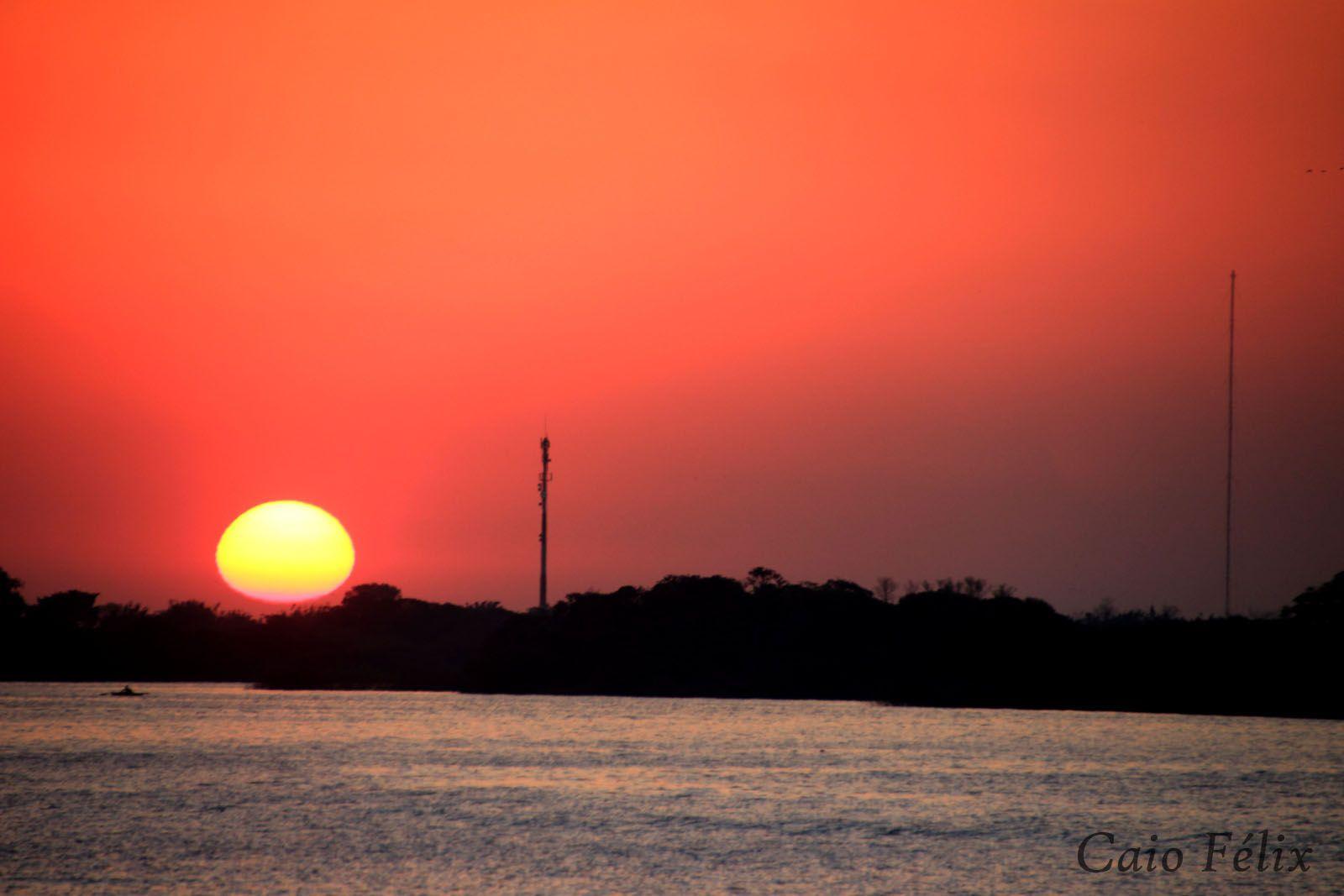 Pôr do Sol sobre o Guaíba.