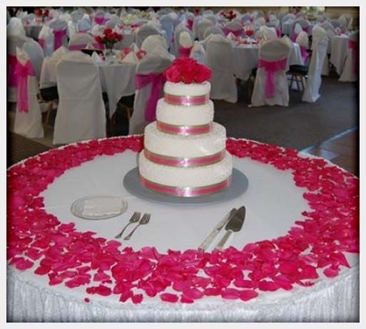 The flower petals add such a nice look to the cake
