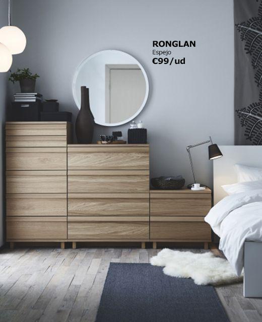 Espejo redondo ronglan sobre una c moda en madera for Espejos decorativos para pasillos