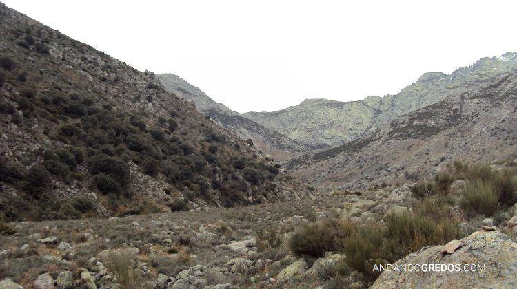 Al fondo el Sillao de la Peña y la cresta hacia el Almanzor