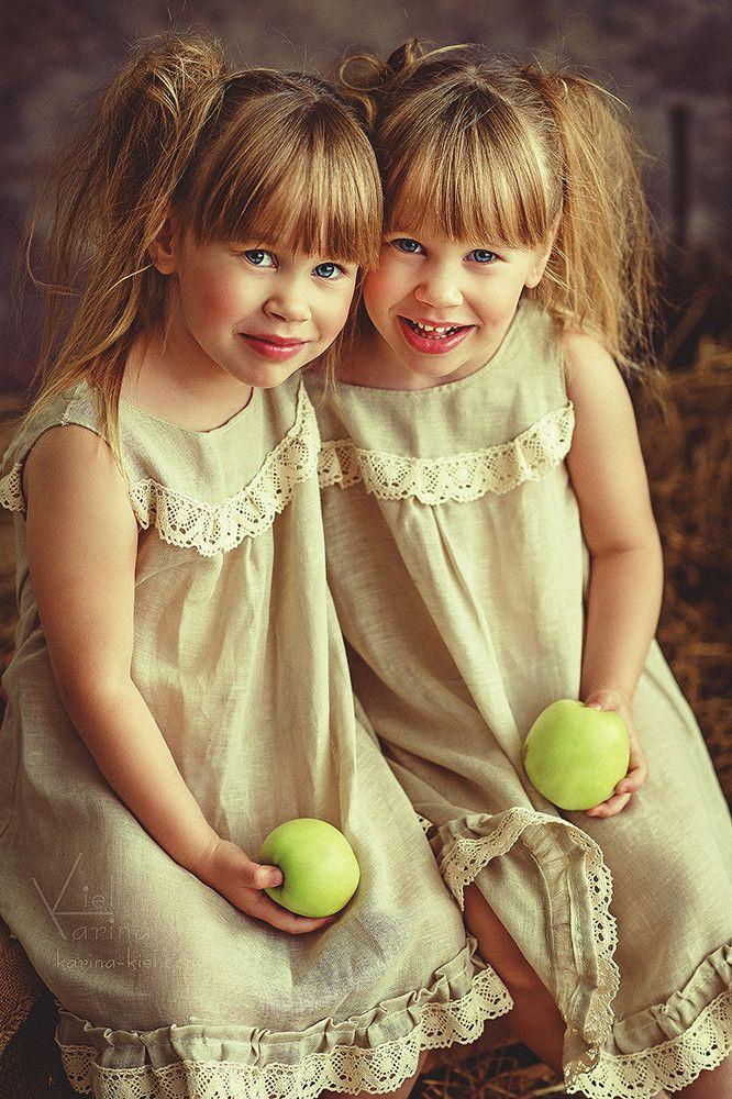 Пара близняшек на фото — pic 9