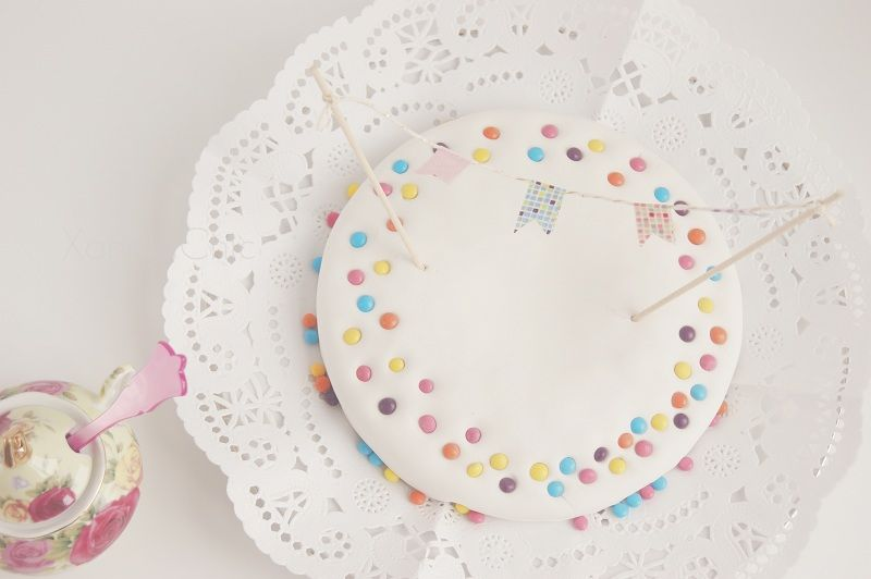 pastel de chocolate adornado con mini-guirnalda de washi
