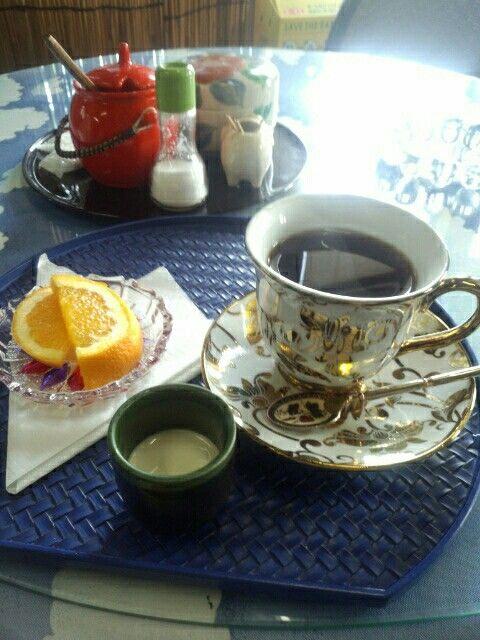 喫茶店でブレンドコーヒーいただいています。おいしいです。