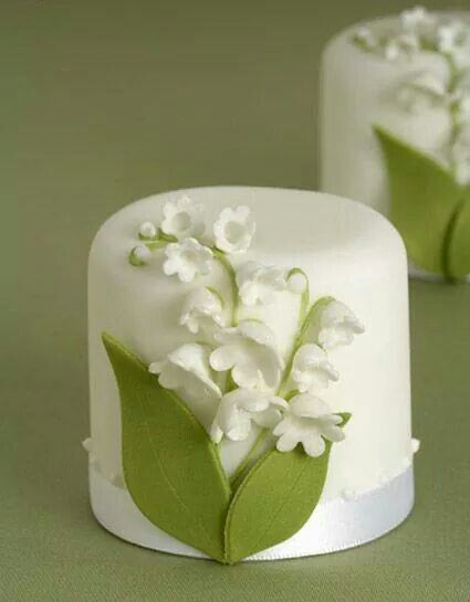 Beautifully simple mini cake with white flower.