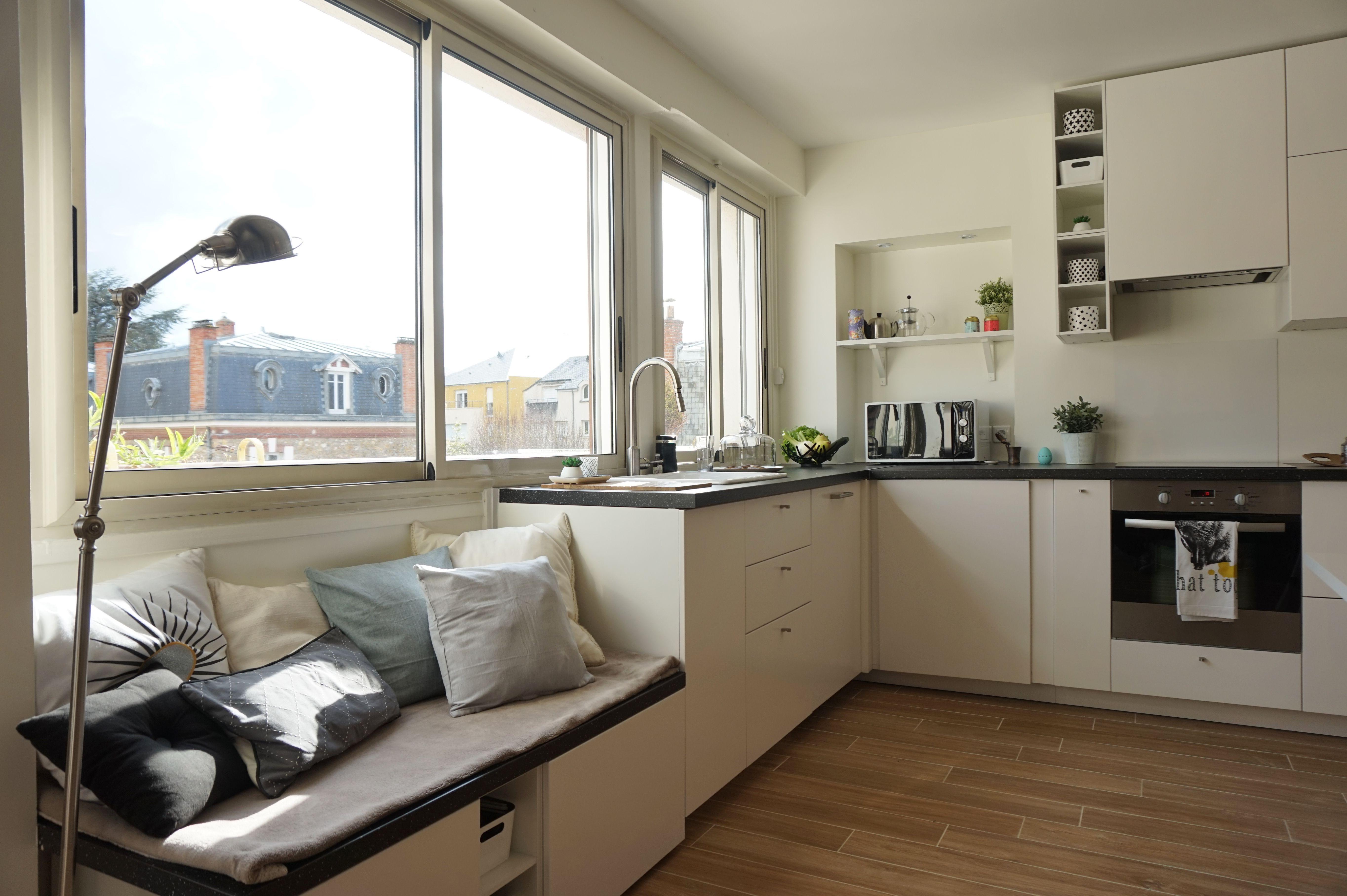 cuisine ouverte blanche avec verri re dans un appartement chic et chaleureux orsay par l. Black Bedroom Furniture Sets. Home Design Ideas