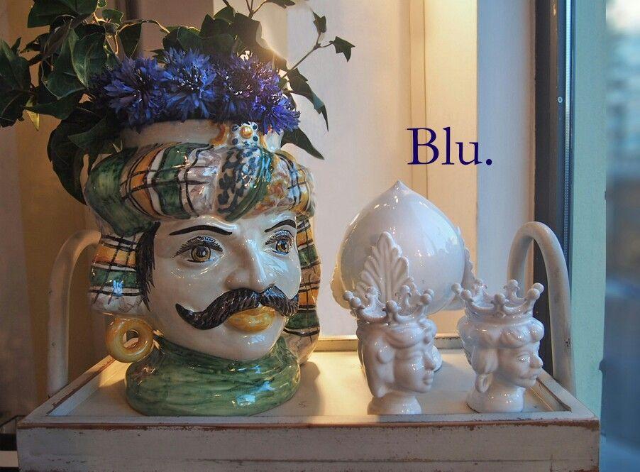 La vie en bleu  Moro di Caltagirone coronato da fiordalisi Da Chantal Delorme, in Milano
