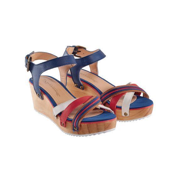 Keilsandalette mit Keilabsatz aus Holz. #sandalen #blau #rot #schuhe