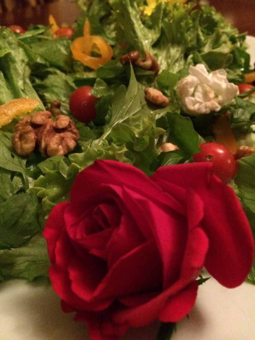Green salad with eatflowers