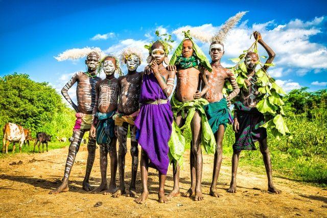 青空の下の少数民族を撮るヨシダナギ