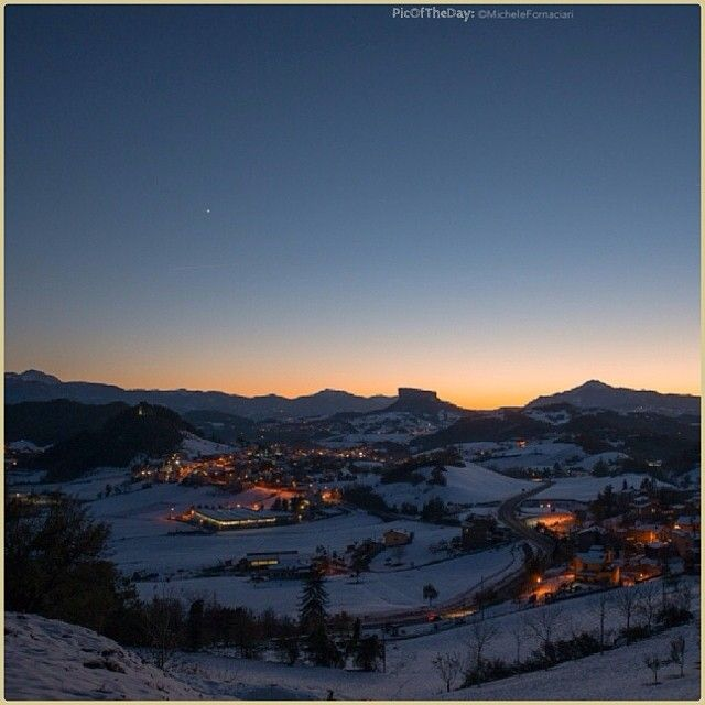 """""""La Stella, la Pietra, la Neve"""" La #PicOfTheDay #turismoer di oggi medita ammirando il calar della sera sulla Pietra di #Bismantova, #Appennino #ReggioEmilia Complimenti e grazie a @michelefornaciari"""