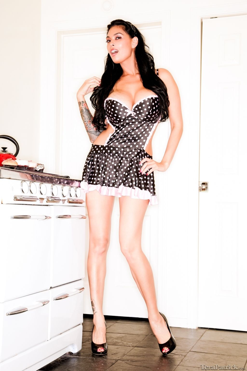 Tera Patrick「Tera Takes Off Black White-Dotted Apron in Kitchen ...
