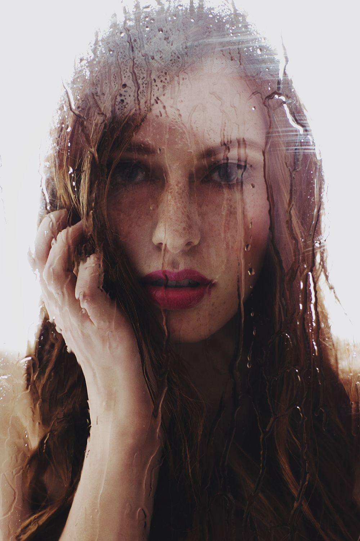 Nina S, Sarah Dirsch, zusammen Modelle, Fenster, Regen, Wasser, Tropfen, Porträt