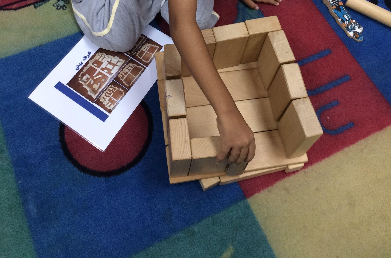 محاولة الطفل لبناء مثل غرفة بيتي اثراء ركن المكعبات Home Decor Decor Rugs