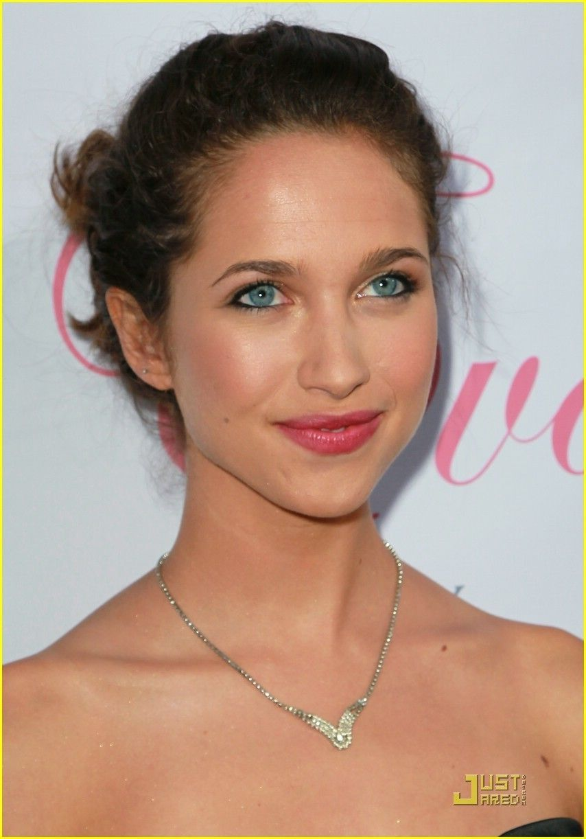 Maiara Walsh  - 2018 Dark brown hair & edgy hair style.