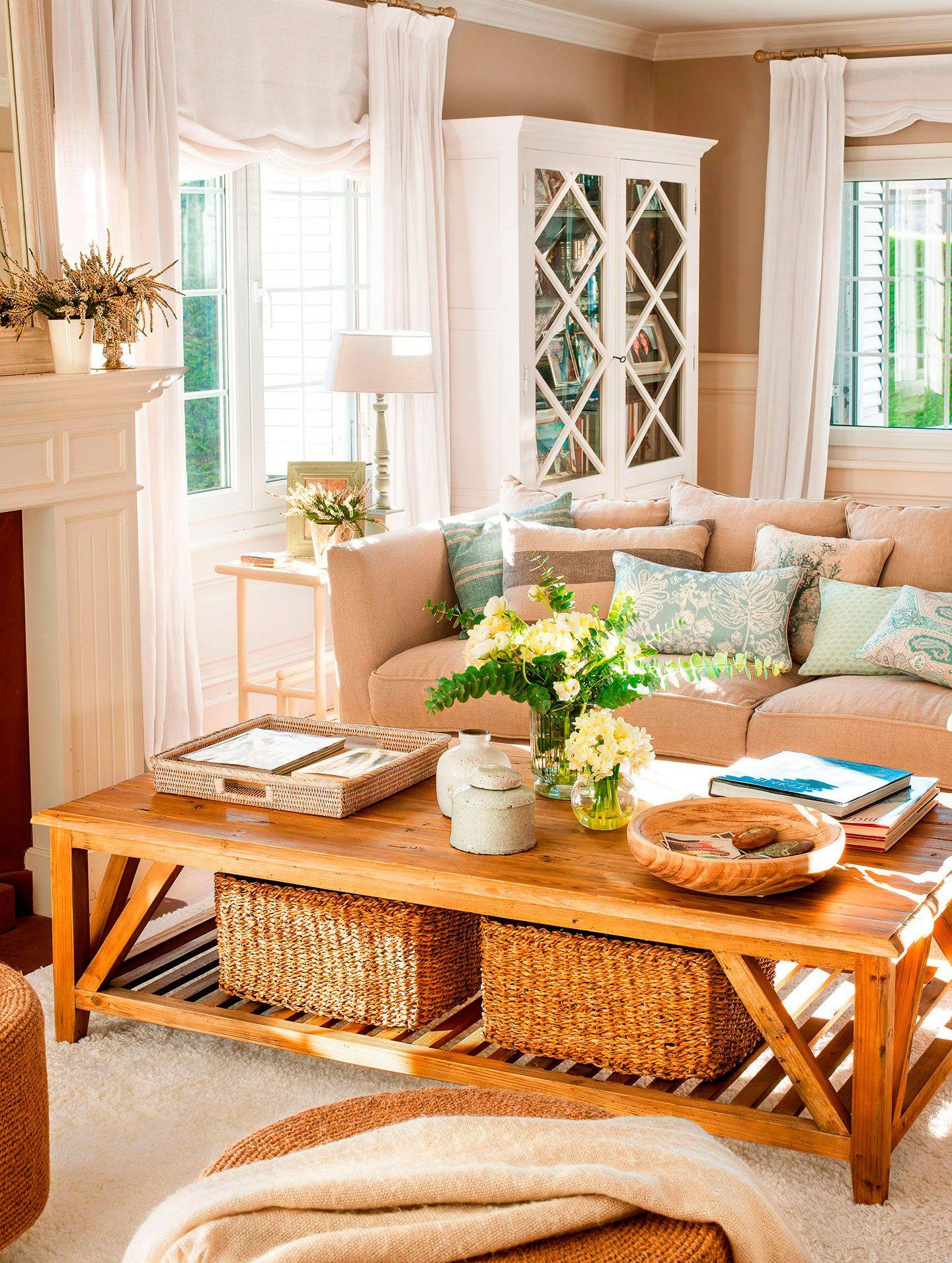 saln con mesa de centro de madera sof gris vitrina blanca y cestas de
