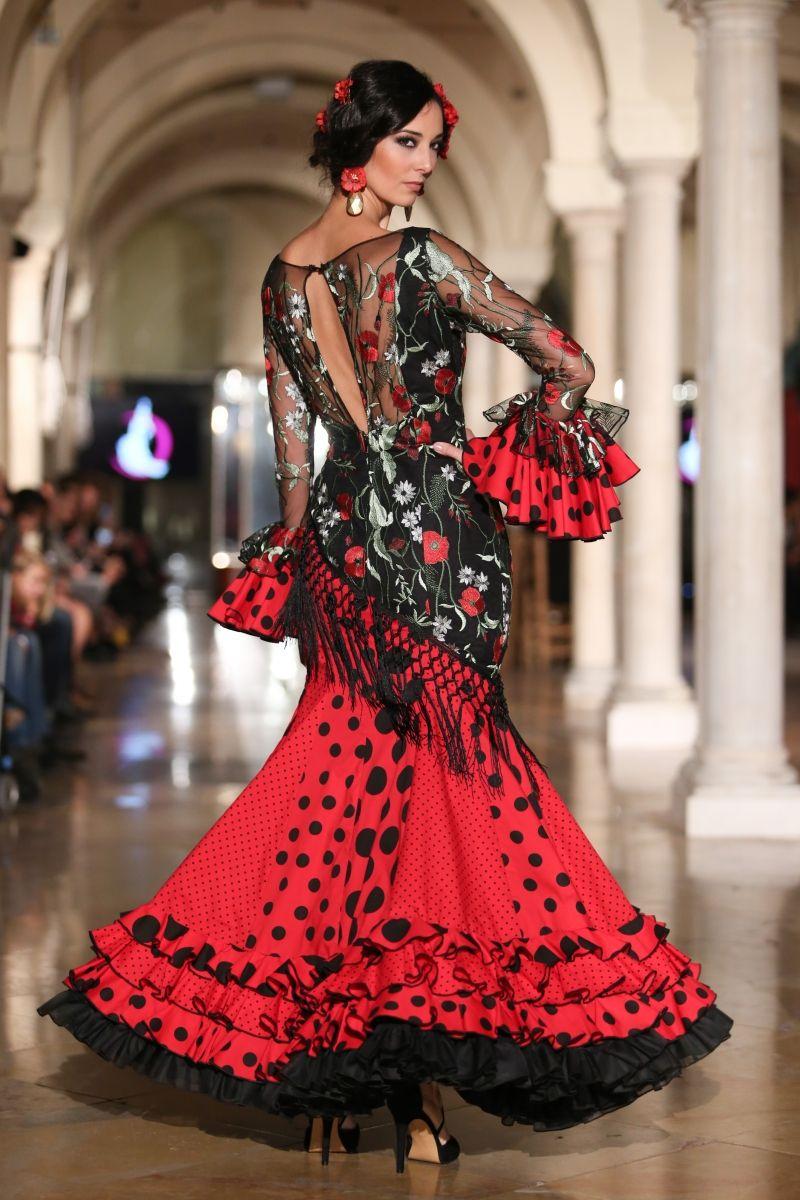 7d333a78a El vestido de sevillanas es una prenda entallada y larga hasta el ...