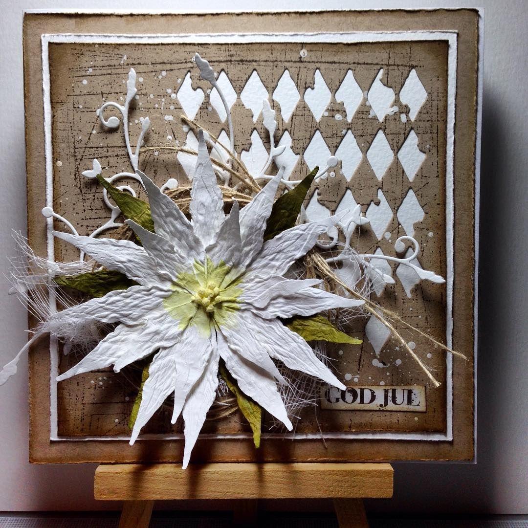 Endnu et julekort med hjemmelavet blomst  Denne gang med min favorit die fra #sizzix som baggrund #white&craft #paperflower #cardmaking #christmas2015