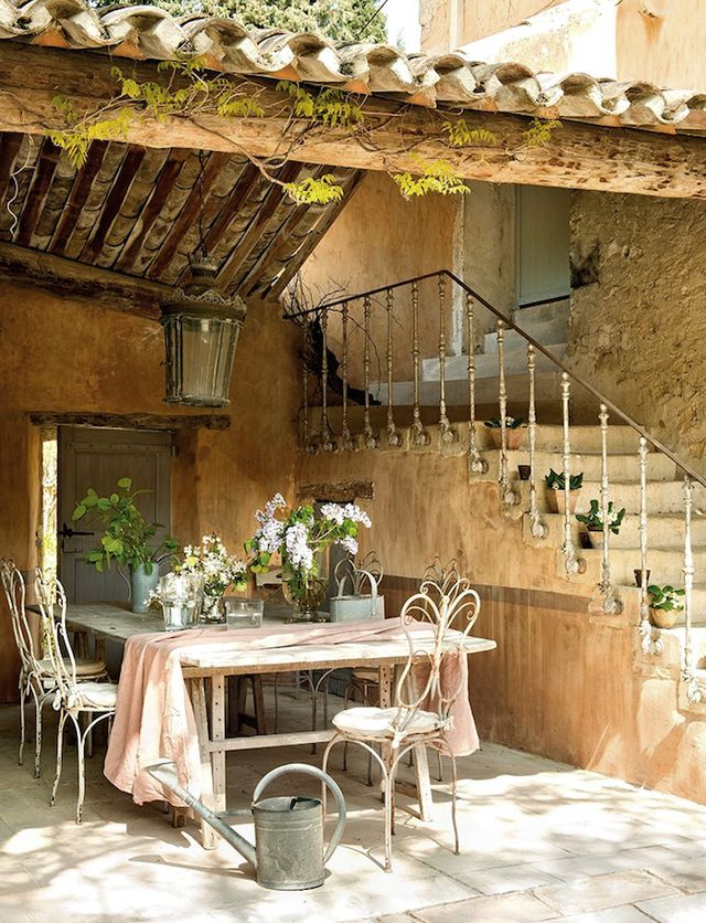 This beautifully restored 18th century farmhouse in Provence, France (Luberon Valley) is actually a luxury holiday home … so if you are lucky enough to be visiting Provence, you could call it home for
