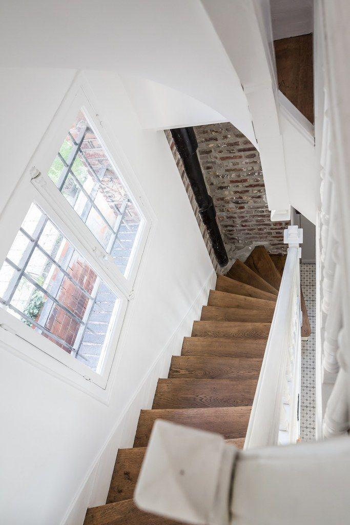 Réalisation Atelier Devergne, escalier bois et blanc, mur blanc et