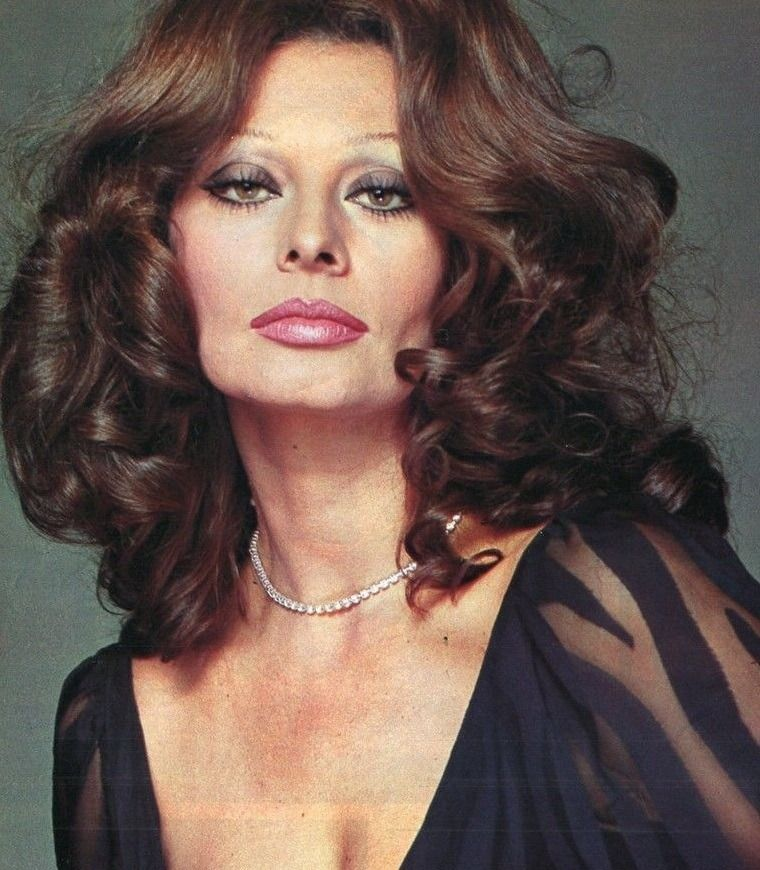 Sophia Loren IS JUST A NORMAL WOMAN WITH A SUPER BODY AND A NICE FUNNY MANOR 88f77f01930